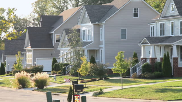 """ms pan large houses in suburban neighborhood / quinton, virginia, united states "" - wohnviertel stock-videos und b-roll-filmmaterial"