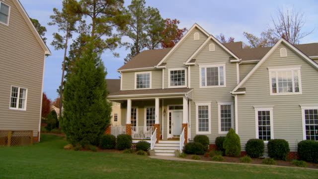 ws, pan, large houses in suburban neighborhood, richmond, virginia, usa - wohnviertel stock-videos und b-roll-filmmaterial