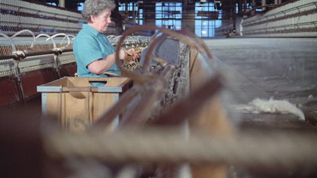 vídeos de stock e filmes b-roll de 1973 montage large industrial revolution era spinning mule machine, with wheels spinning and moving / england, united kingdom - revolução industrial