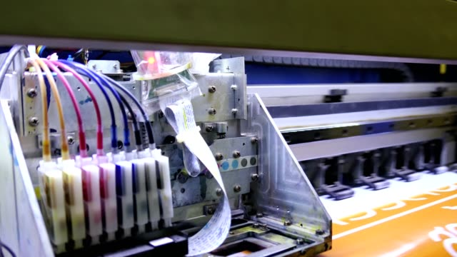 vidéos et rushes de grand format d'imprimante d'encre cmyk travaillant sur le vinyle - fer