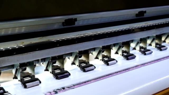vidéos et rushes de grande imprimante jet d'encre avec impression de distributeur de toner sur vinyle - pushing