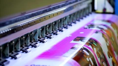 stor bläckstråle skrivare arbeta färg på vinyl banner - advertisement bildbanksvideor och videomaterial från bakom kulisserna