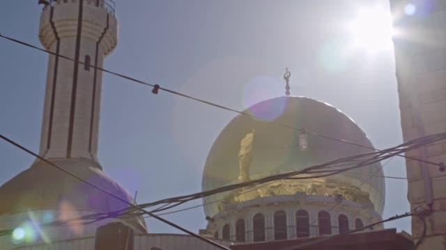 große islamische moschee mit goldenen türmchen in einer islamischen stadt in israel - arabic script stock-videos und b-roll-filmmaterial