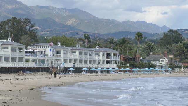 vídeos de stock e filmes b-roll de large luxury hotel on the beach in montecito california, santa barbara, miramar beach, rosewood miramar beach hotel, southern california, - santa barbara