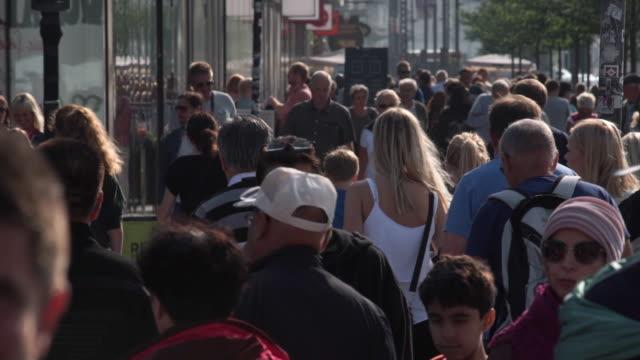 vídeos de stock e filmes b-roll de large mass of people walking in copenhagen - região de oresund