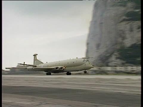 large military aircraft taking off with rock of gibraltar in background raf station - gibraltar bildbanksvideor och videomaterial från bakom kulisserna