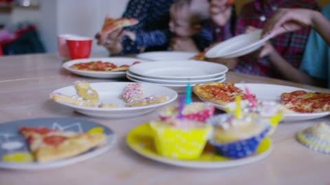 vídeos de stock, filmes e b-roll de grande multi família étnica que tem o alimento do partido na tabela da cozinha - 35 39 anos