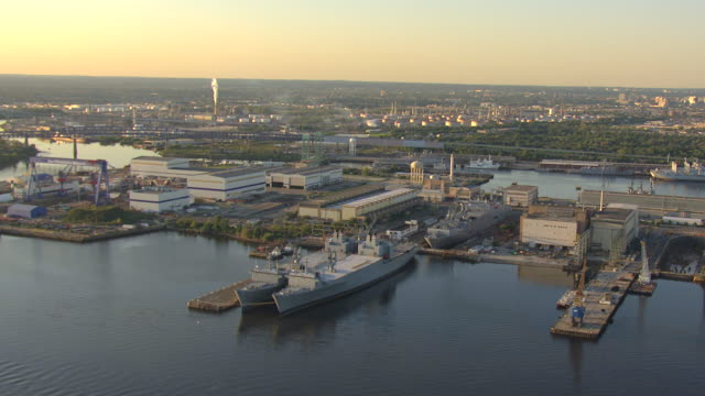 ws aerial td zi large navy ships docked and helicopter landing pad on ship / philadelphia, pennsylvania, united states - filadelfia video stock e b–roll
