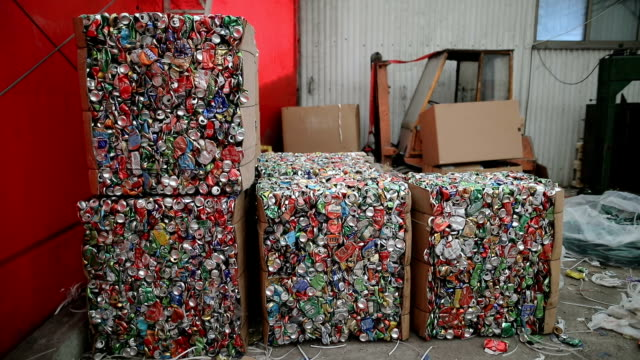 vídeos de stock e filmes b-roll de large number of aluminum drinks cans for recycling.recycled crushed tin can bale stacks - depósito de lixo