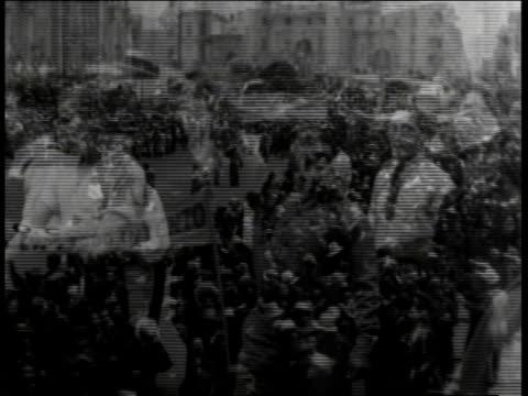 large number of people marching in political demonstration with police holding line / mexico - 1938 bildbanksvideor och videomaterial från bakom kulisserna