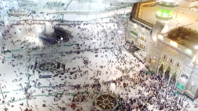 stockvideo's en b-roll-footage met large number of pilgrims / people gathering around the mosque al-haram for prayer - bedevaart