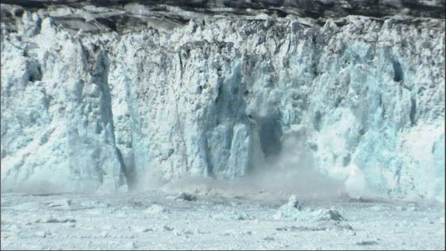 large pieces of the columbia glacier break off and splash into the ocean. available in hd. - 氷河点の映像素材/bロール