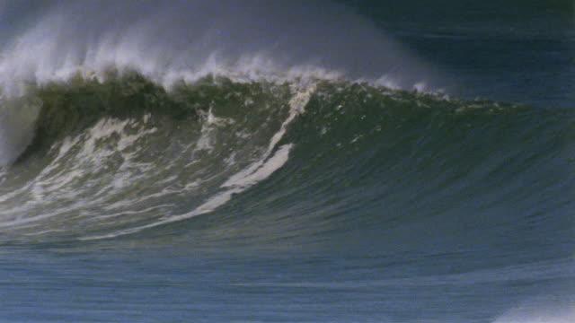 vídeos de stock, filmes e b-roll de ws large pipeline wave/ puerto escondido, mexico - pipeline wave