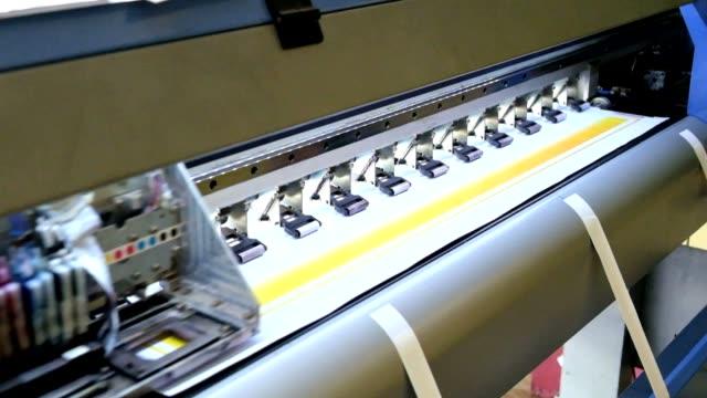 vídeos de stock, filmes e b-roll de cabeça de trabalho de jato de tinta impressora de grande formato de deslizamento em vinil - etiqueta mensagem