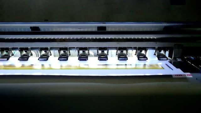 Large printer format inkjet working head sliding on vinyl