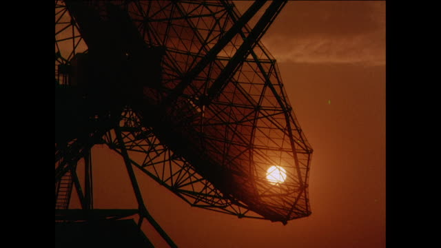 ZO Large radio telescope dish rotates near sun / UK