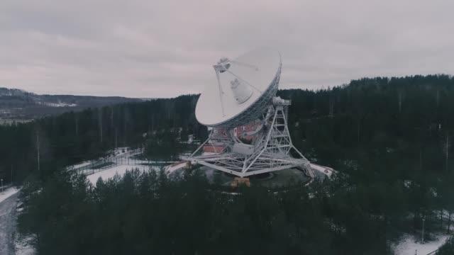 vidéos et rushes de un grand radiotélescope écoute les sons de l'univers. - équipement de télécommunication