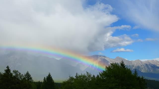 stockvideo's en b-roll-footage met grote regenboog over banff nationaal park, canada - regenboog