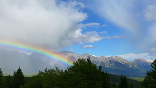 バンフ国立公園の上に大きな虹, カナダ - 虹点の映像素材/bロール