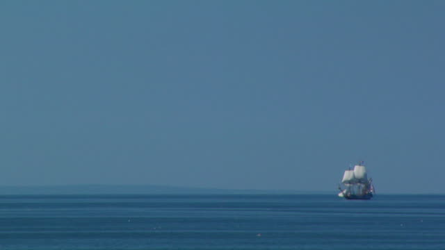 ws, large sailboat in ocean, north truro, massachusetts, usa - 小型船舶点の映像素材/bロール