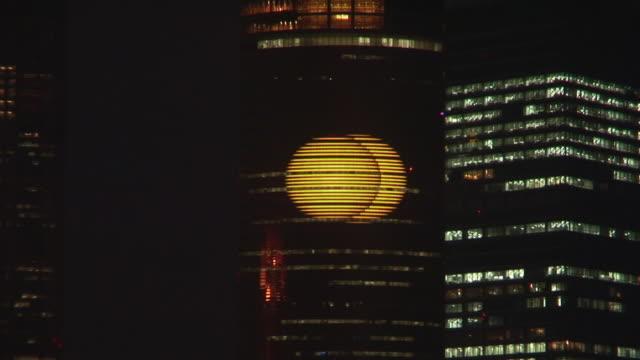 vidéos et rushes de ms, large screen broadcasting advertisements on skyscraper at night, shanghai, china - billboard