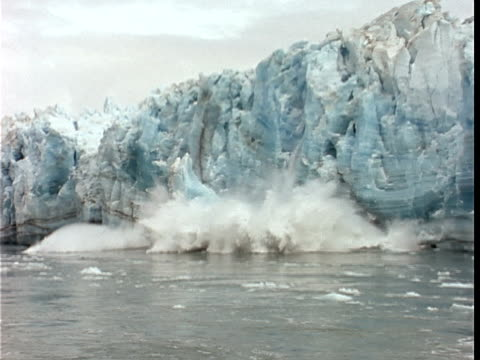 slo mo, ms, large section of glacial ice calving off face of glacier and crashing into water, hubbard glacier, yukutat bay, alaska, yukon territory, usa/canada  - polarklima stock-videos und b-roll-filmmaterial