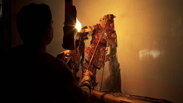 vídeos de stock, filmes e b-roll de grande jogo de sombras ou nang yai é uma arte de desempenho para preservar como uma herança tailandesa - arte, cultura e espetáculo