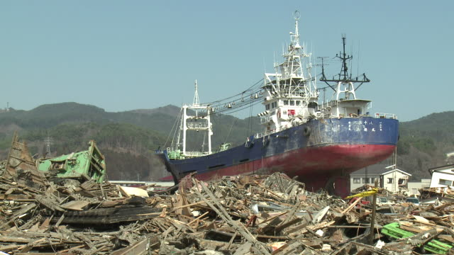 large ship rests amoung burnt out area of kessenuma city after huge fire during tsunami.  filmed on 1 april 2011, 3 weeks after tsunami which was caused by magnitude 9 tohoku earthquake off north east japan / audio - 津波点の映像素材/bロール