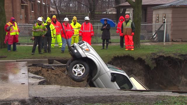 wgn large sinkhole in the south deering neighborhood swallowed numerous cars on in chicago illinois - rimorchiare video stock e b–roll