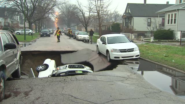 vídeos de stock e filmes b-roll de wgn large sinkhole in the south deering neighborhood swallowed numerous cars on in chicago illinois - poça