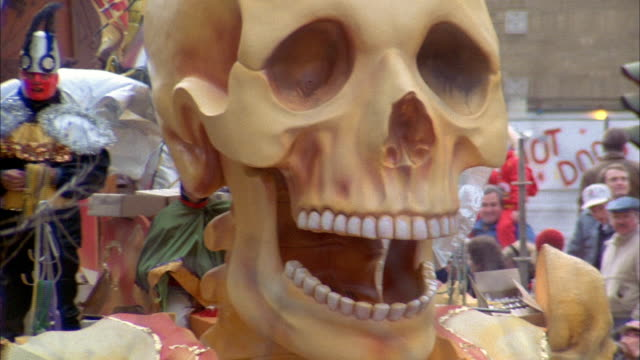 a large skeleton float opens and closes it mouth during the 1989 mardi gras parade in new orleans - festwagen stock-videos und b-roll-filmmaterial