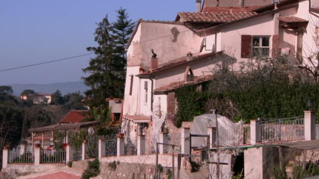 vídeos y material grabado en eventos de stock de large, slightly dilapidated house in lucca, tuscany - detalle arquitectónico exterior