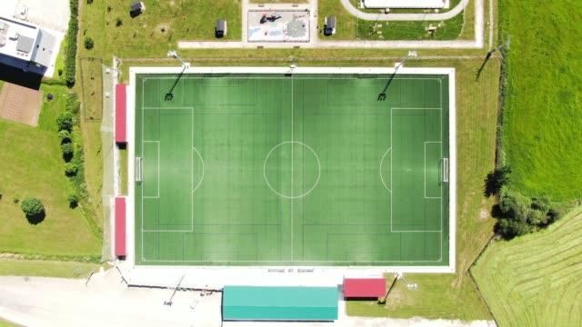 vídeos y material grabado en eventos de stock de campo de fútbol grande visto desde arriba - campo de fútbol