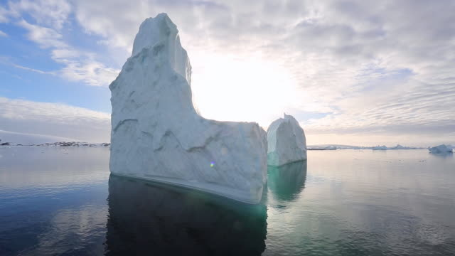 large spectacular iceberg with reflections, backlit - 氷山点の映像素材/bロール
