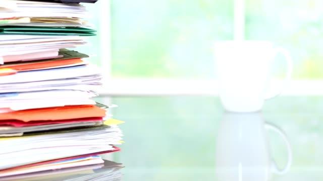 Grande pile de dossiers, documents, documents sur le bureau.