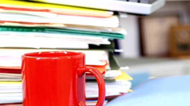 机の上の書類、文書ファイルの大規模なスタック。 - 沢山の物点の映像素材/bロール