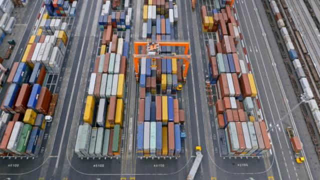 輸送コンテナ ターミナルでのコンテナーの空中の大規模なスタック - 商港点の映像素材/bロール