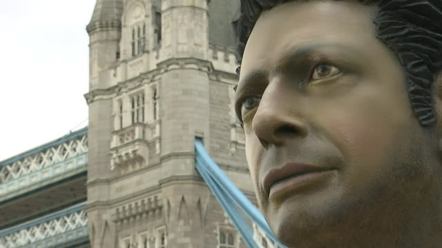large statue of actor jeff goldblum unveiled in london to mark the 25th anniversary of the film 'jurassic park' england london ext various of large... - staty bildbanksvideor och videomaterial från bakom kulisserna