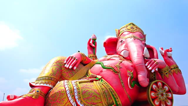 vidéos et rushes de grande statue de ganesh.moving nuages timelapse. - dieu
