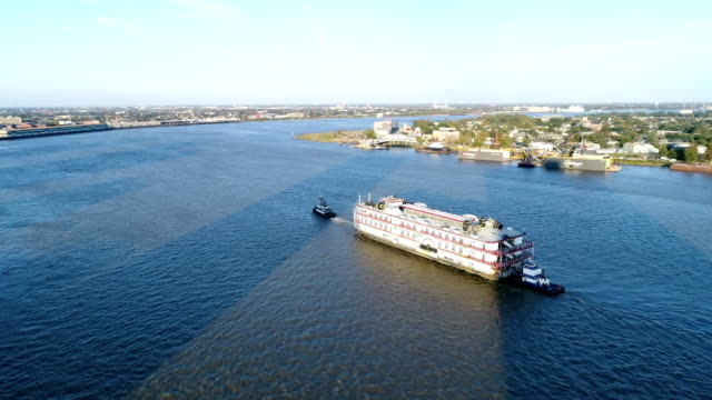 vidéos et rushes de large steamboat tugged in the port of new orleans - remorqueur