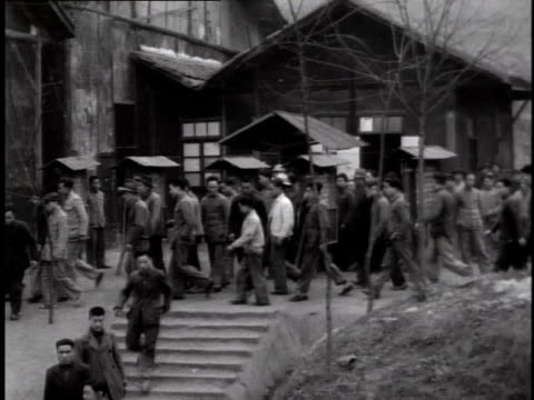 vídeos de stock e filmes b-roll de 1944 ws large stream of workers leaving a steel mill / china - 1944