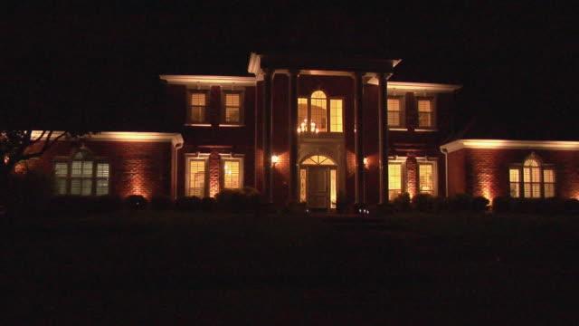 vidéos et rushes de ws zi large suburban home at night with illuminated interior/ temple, texas - brique