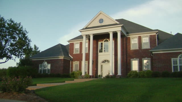 stockvideo's en b-roll-footage met ms large suburban home with columns and lawn/ temple, texas - baksteen