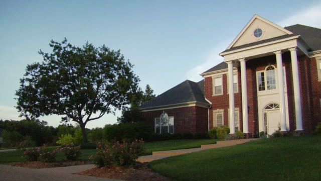 ms pan large suburban home with columns/ temple, texas - colonna architettonica video stock e b–roll