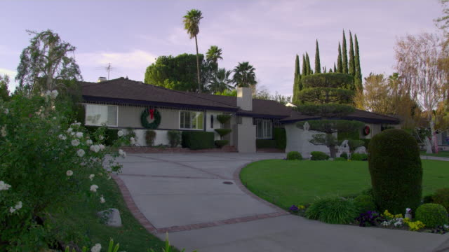 vídeos y material grabado en eventos de stock de ws large suburban house with christmas decorations, granda hills, california, usa - decoración objeto