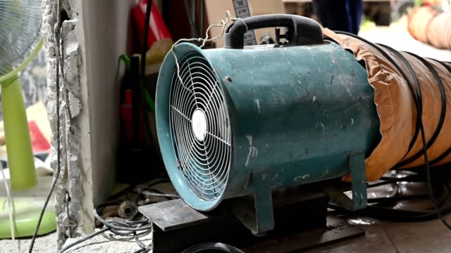 vídeos de stock e filmes b-roll de large suction hose engine with tube vacuuming dust - etapa desportiva