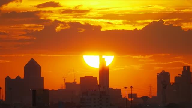 vídeos de stock, filmes e b-roll de grande pôr do sol, em bangkok. - pôr do sol
