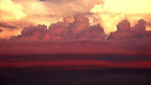 vídeos de stock, filmes e b-roll de large thunderhead clouds forming in the sky at sunset in sarasota, florida, timelapse - só céu