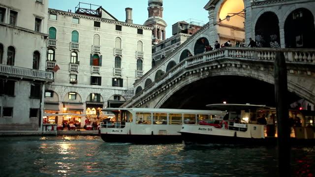 vídeos y material grabado en eventos de stock de ms large tour boats moving on grand canal under rialto bridgeat dusk, venice, veneto, italy - puente de rialto