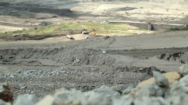 vídeos de stock, filmes e b-roll de grande caminhão de carga mina de carvão de automático do transportador - veículo terrestre comercial